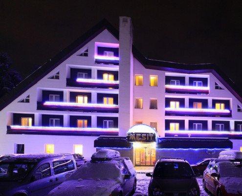 Pohled na hotel Mesit v noci v zimě